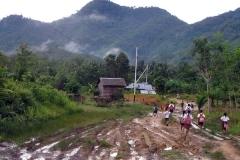 Tanpa-alas-kaki-anak-anak-Desa-Tanjung-tetap-bersemangat-mengayunkan-langkah-menuju-bangku-sekolah.-Foto-Andi-Fachrizal