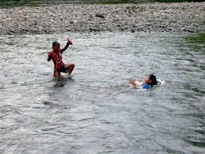 Anak-anak kerap memanfaatkan Sungai Suruk yang mengalir di sekitar Desa Tanjung sebagai sarana bermain. Foto: Andi Fachrizal