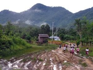 Tanpa alas kaki, anak-anak Desa Tanjung tetap bersemangat mengayunkan langkah menuju bangku sekolah. Foto Andi Fachrizal