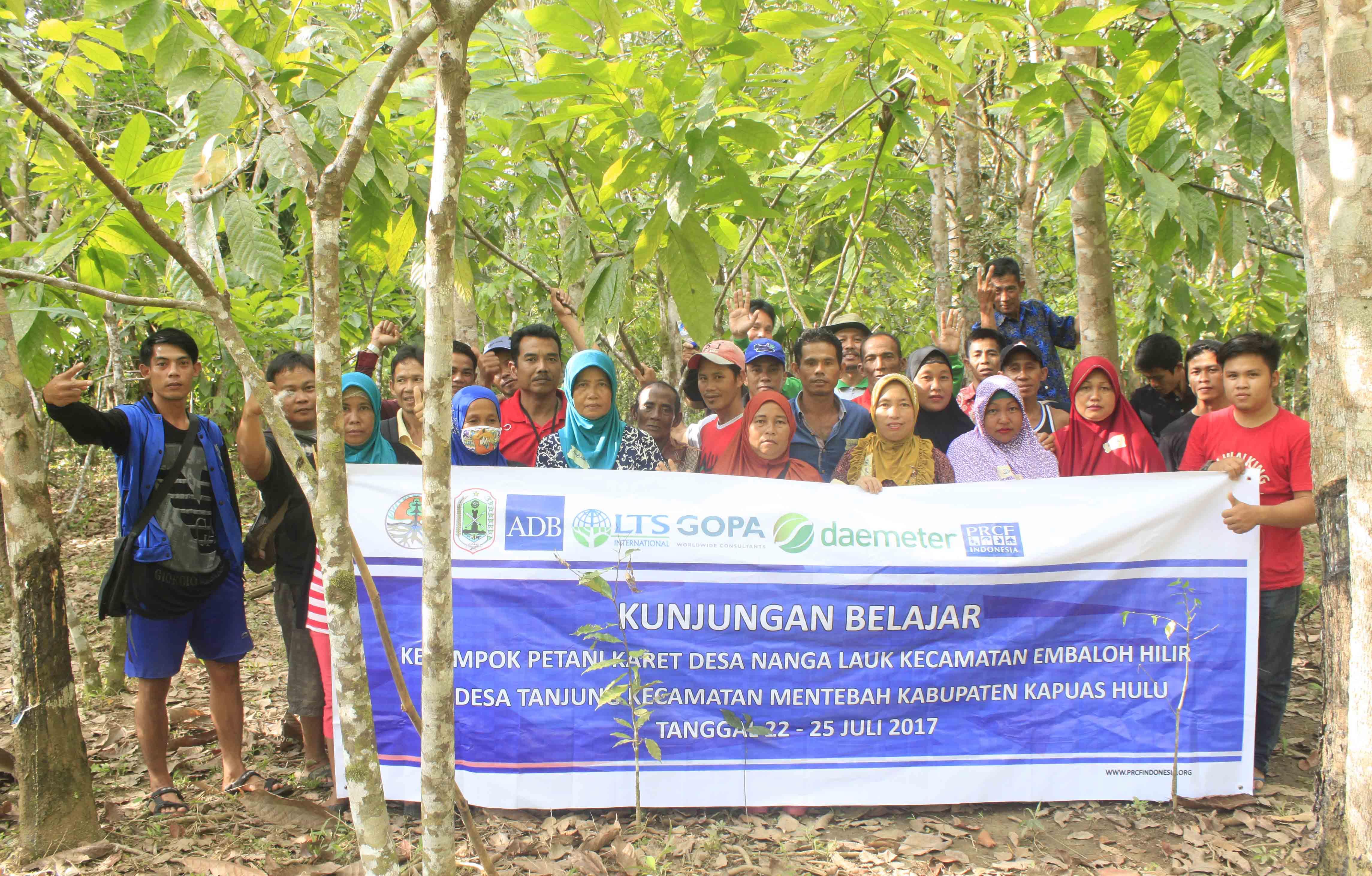 Masyarakat Desa Nanga Lauk Belajar Pengolahan Karet di Desa Tanjung