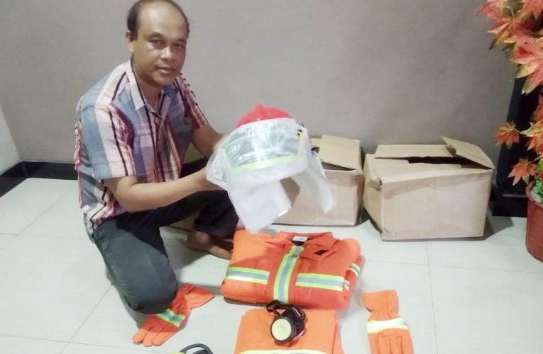 Bantuan Satu Set Baju Pemadam Kebakaran untuk Warga Nanga Lauk