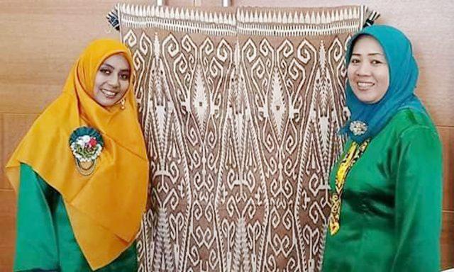 Fifiyati Hoesni (kanan) dan Wiwin Irani Suci memamerkan kain tenun ikan di Festival Art and Culture di Kuching Sarawak Malaysia