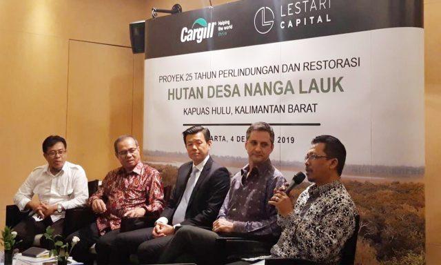 Imanul Huda, Direktur Eksekutif PRCF Indonesia sedang mempresentasikan komitmennya dalam program konservasi hutan desa Nanga Lauk