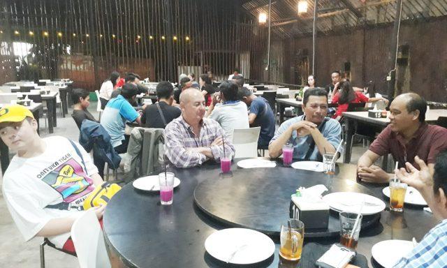 Fernando presiden direktur PRCF Indonesia sedang menikmati makan malam