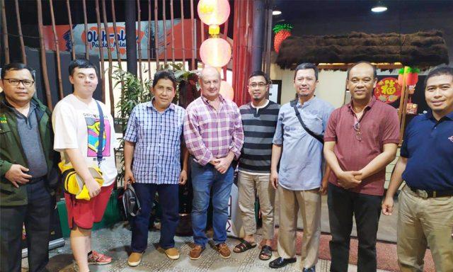 Fernando presiden direktur PRCF Indonesia foto bersama dengan jajaran pengurus eksekutif PRCF Indonesia di Pontianak