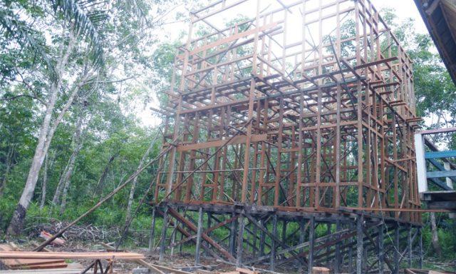 Proses pembangunan Kantor LPHD Lauk Bersatu yang sudah memasuki tahap pemasangan kerangka kayu