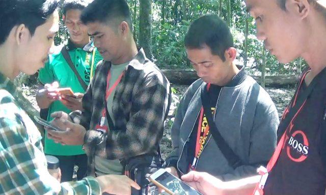 Modestus Modes (kiri) sedang mengajarkan penggunaan aplikasi smart patrol