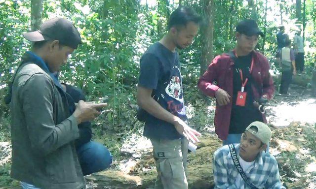 Hairul Rohim dari YPI sedang mengajarkan metode tally sheet atau manual pada personel tim patroli hutan LPHD Lauk Bersatu