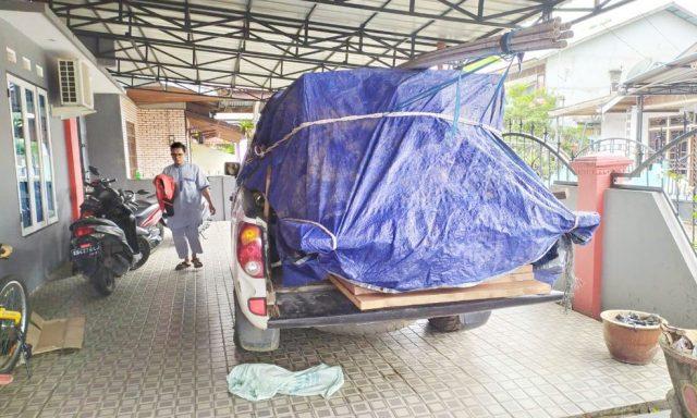 Kunsen pintu dan jendala untuk kantor LPHD yang akan dibawa dari Pontianak menuju Nanga Lauk