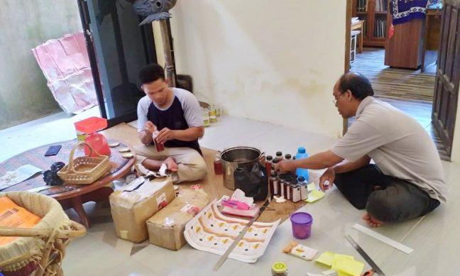 Rio dan Suhartioan sedang melakukan packing madu Kebayan yang akan dipamerkan di HUT Dharma Pertiwi