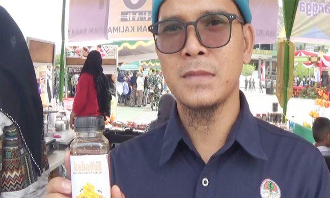 Rio Afiat memamerkan madu hutan kebayan asli dari Nanga Lauk