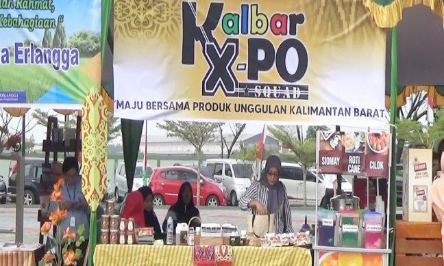 Stand pameran di mana madu hutan asli dari Nanga Lauk dipromosikan