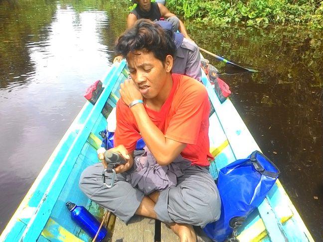 Manfaat GPS sedang digunakan oleh personal tim patroli hutan LPHD Lauk Bersatu