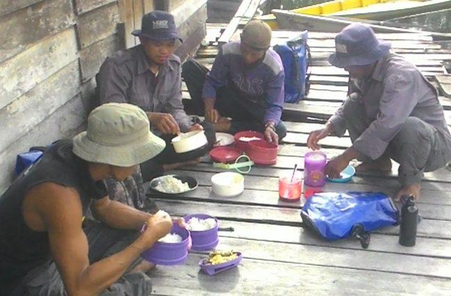 Tim patroli hutan LPHD sedang makan siang setelah melakukan patroli hutan desa