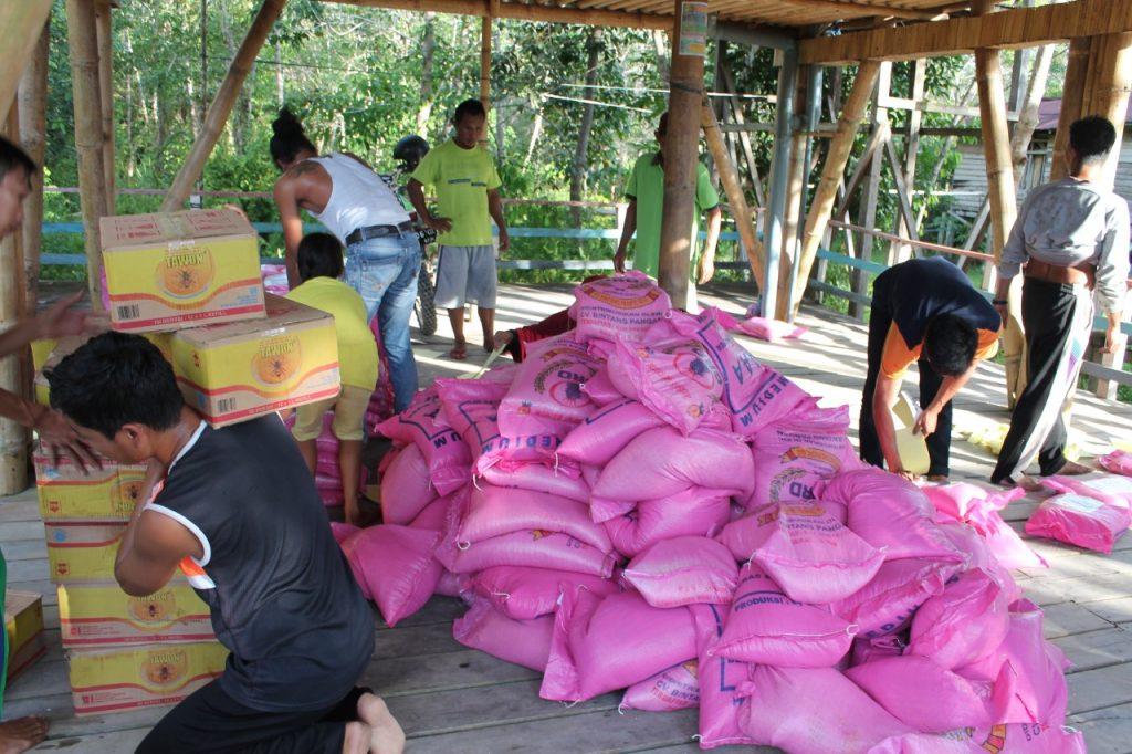 Sembako yang dibagikan untuk warga terdampak covid-19 di Desa Nanga Lauk