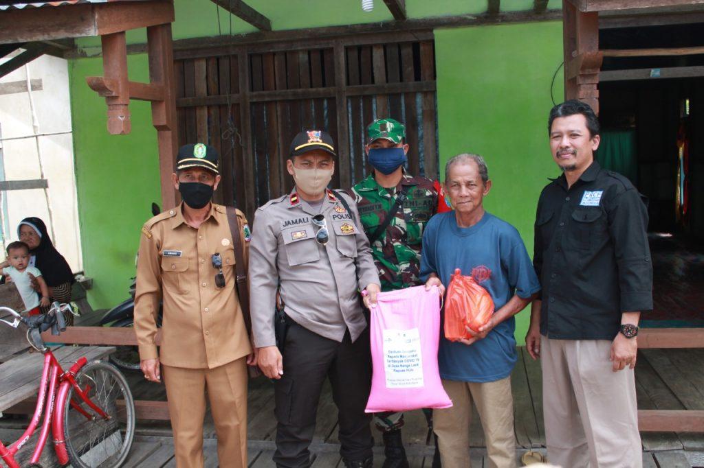Imanul Huda (kanan) saat mendampingi penyerahan bantuan sembako untuk warga terdampak covid-19