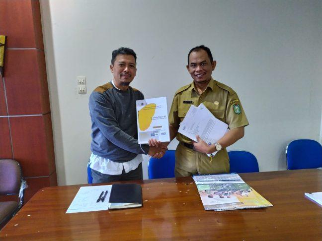 Bappeda Kalbar diwakili Sunanto menerima laporan PRCF Indonesia