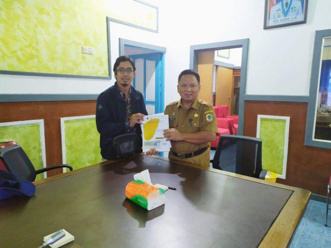 Kepala Bappeda Kapuas Hulu menerima laporan Q2 dari perwakilan PRCF Indonesia