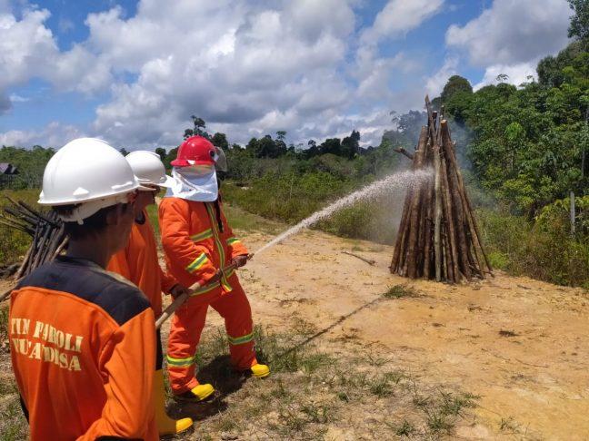 Pelatihan pemadam kebakaran dengan peseserta dari LPHD Lauk Bersatu