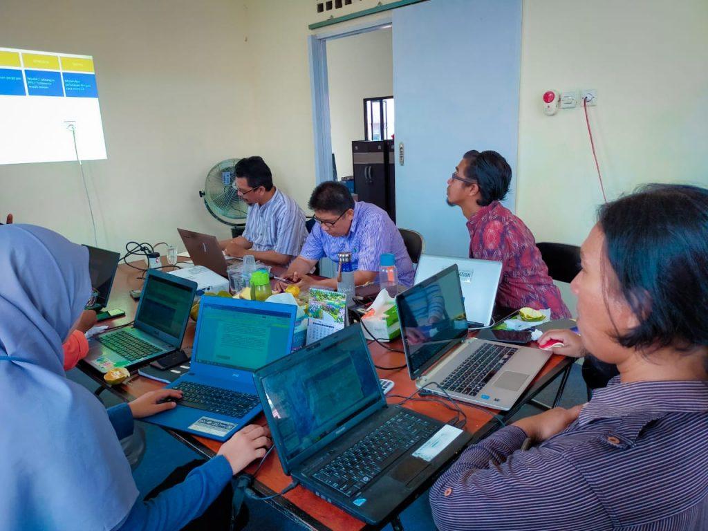 Pengurus PRCF Indonesia sedang rapat bulanan untuk mengukur kinerja dan evaluasi program
