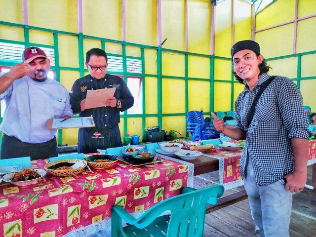 Belajar masak sedang diperagakan oleh chef Yuda dan Sule