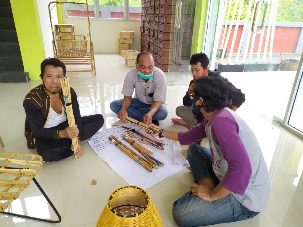 Kunjungan KUPS Rotan LPHD Lauk Bersatu didampingi PRCF Indonesia saat melakukan kunjungan ke sentra anyaman rotan di Desa Piantus