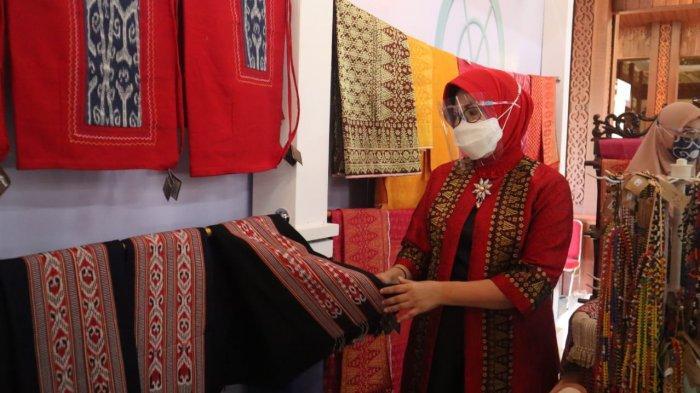Lismaryani saat mengujungi stand Galeri Tenun Ikat Dayak dalam Pameran UMKM di Pendopo Gubernur Kalbar (sumber: Tribun Pontianak)