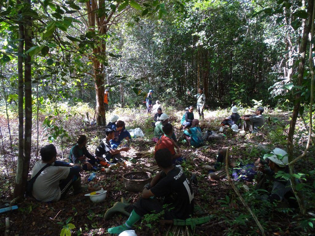 Warga yang tergabung dalam LPHD Lauk Bersatu sedang istirahat usai menanam bibit pohon di Hutan Produksi Terbatas