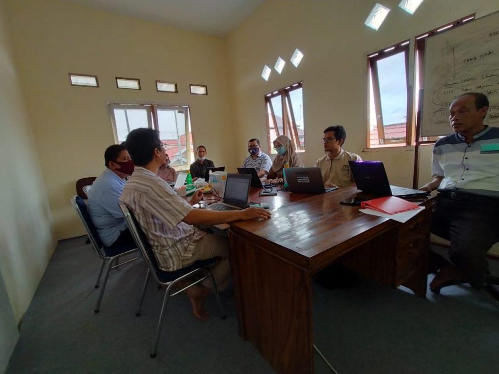 Suasana rapat evaluasi bulanan PRCF Indonesia