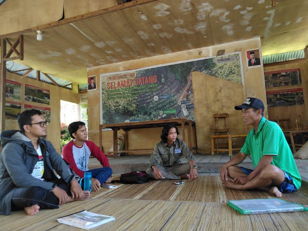 Rio Afiat, Yadi Perwanto, Arsyad saat belajar pengelolaan hutan di Mensiau