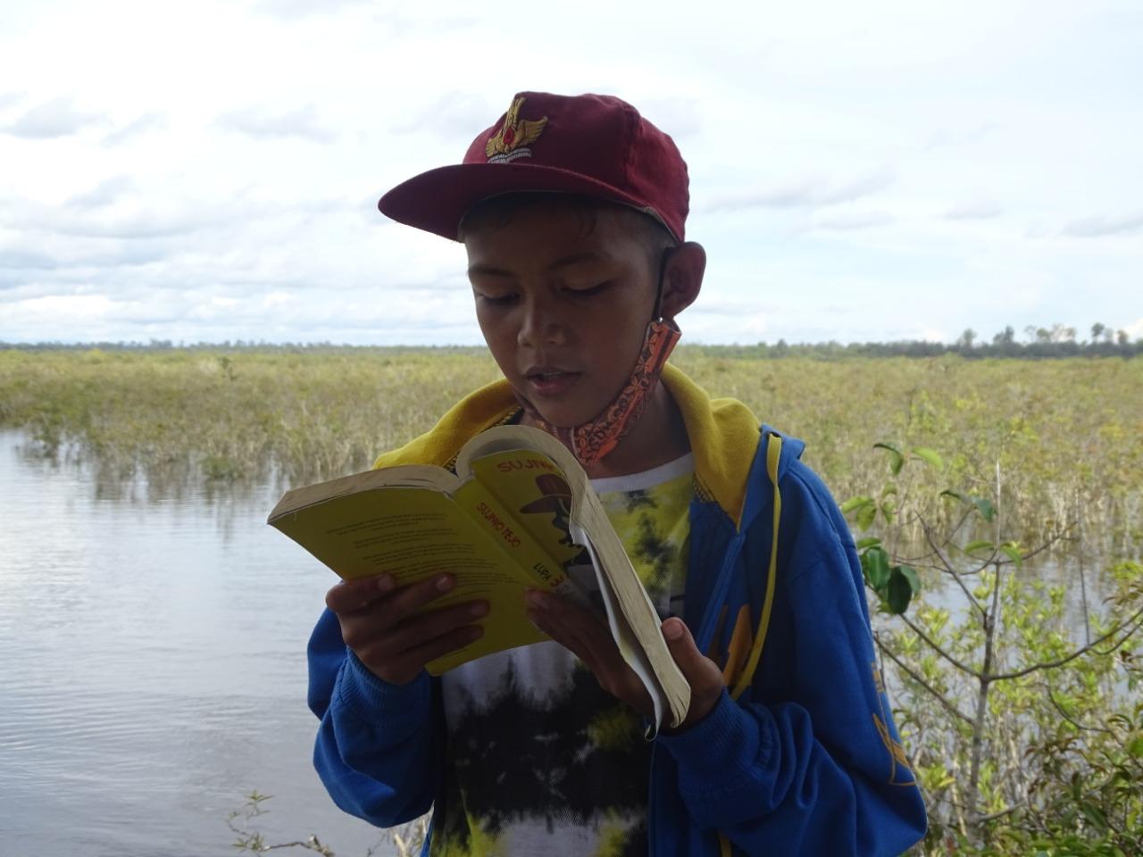 Sambil membaca buku