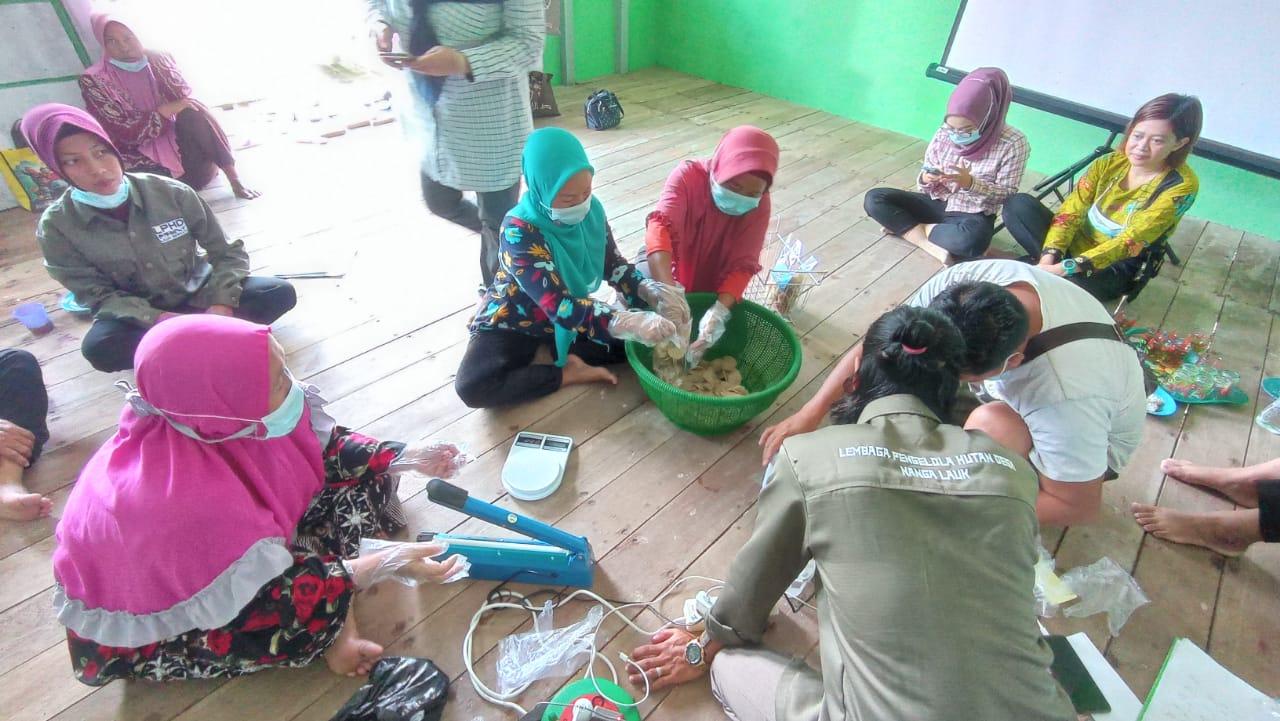 Dinas Perikanan Kapuas Hulu sedang melatihan pembuatan kerupuk kering